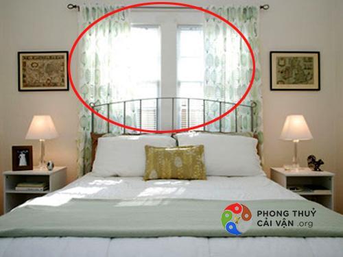 Giường-ngủ-gần-cửa-sổ